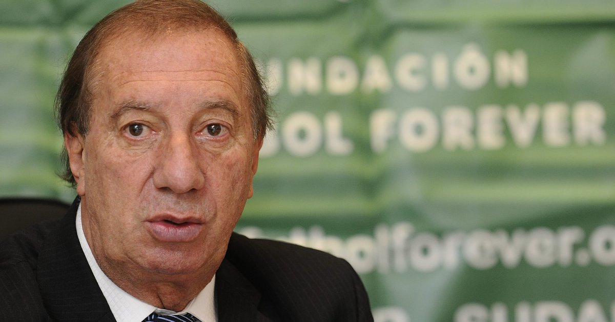 The strategy of the nurses who take care of Carlos Bilardo so that he does not see the tributes to Diego Maradona