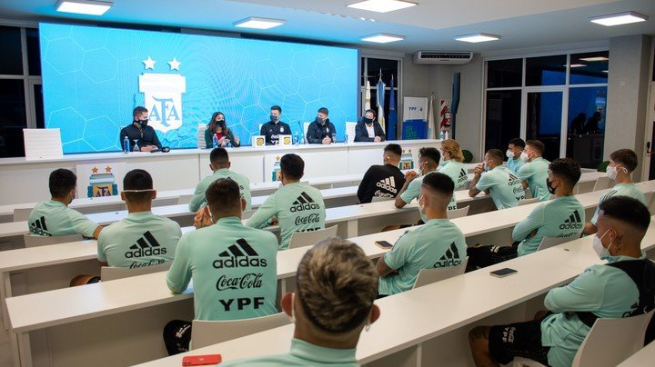 The players present at the visit of the Secretary of Sports of the Nation.