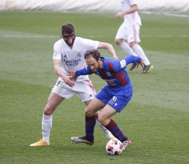 Juanmi Latasa puts pressure on a Poblense player.