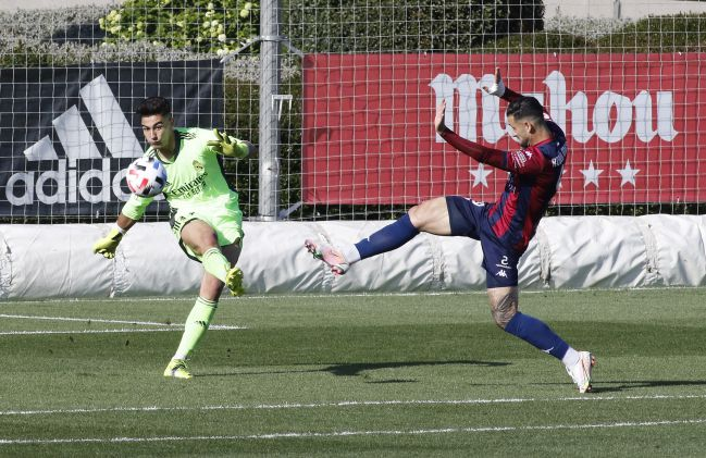 Toni Fuidias clears the ball under pressure from Pastrana at Real Madrid Castilla-Extremadura UD on the first day of the second phase of group V of Segunda B.