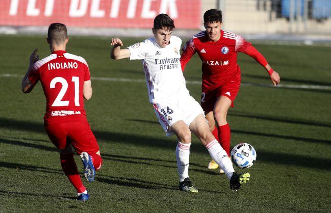 Morante controls the ball at Real Madrid Castilla-Las Rozas.