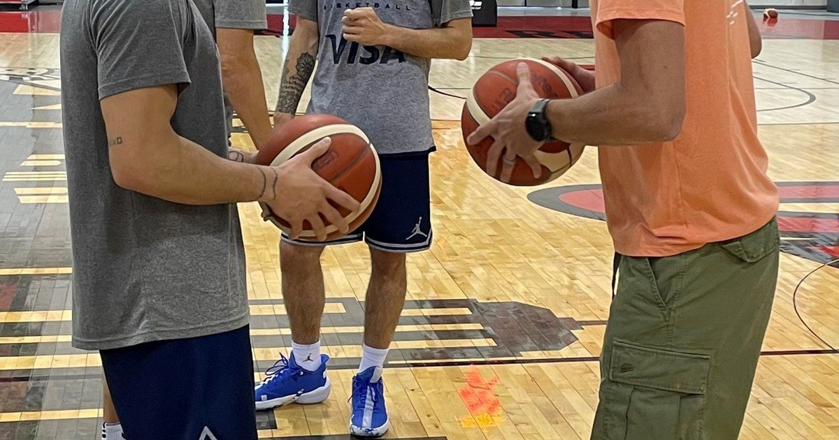 Gold visit: Ginobili with the national team before the Olympics