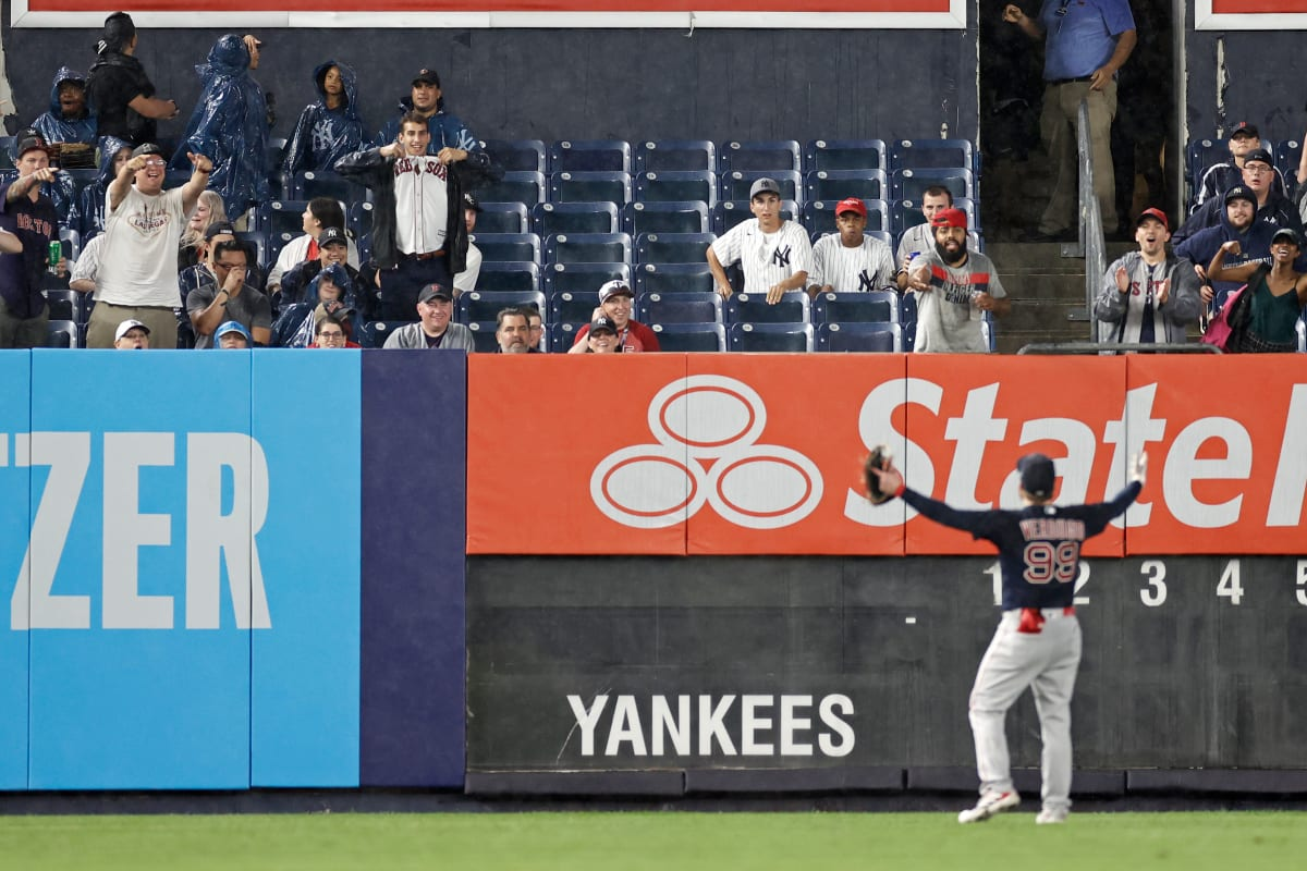Executioner attacked in Yankee Stadium, fan is vetoed by MLB