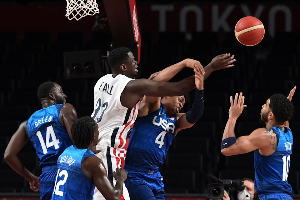 France & # 39; s Moustapha Fall (3L) fights for the ball with USA & # 39; s Keldon Johnson (2R) during the men & # 39; s preliminary round group A basketball match between France and USA during the Tokyo 2020 Olympic Games at the Saitama Super Arena in Saitama on July 25, 2021. (Photo by Aris MESSINIS / AFP) (Photo by ARIS MESSINIS / AFP via Getty Images)