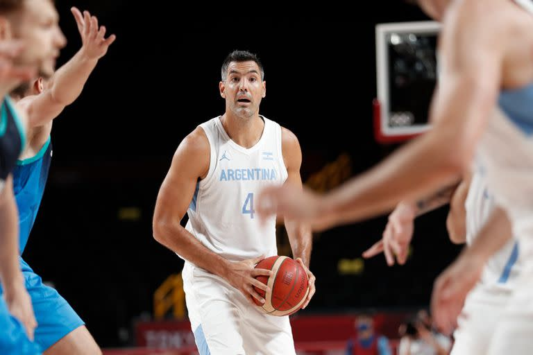 Luis Scola with the ball, could not make his experience against Slovenia