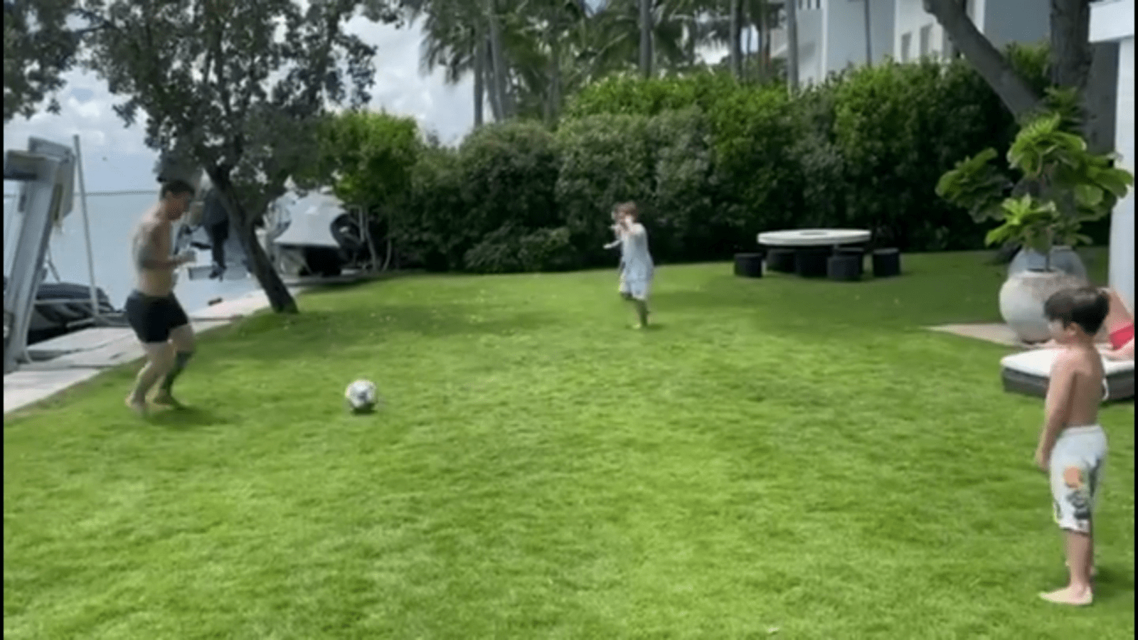 1627577512 Messi on vacation to the beach with music and football