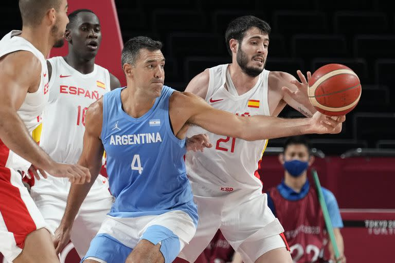 Spain & # 39; s Alejandro Abrines Redondo (21) tries to steal the ball from Argentina & # 39; s Luis Scola (4) during a men & # 39; s basketball preliminary round game at the 2020 Summer Olympics, Thursday, July 29, 2021 , in Saitama, Japan. (AP Photo / Eric Gay)