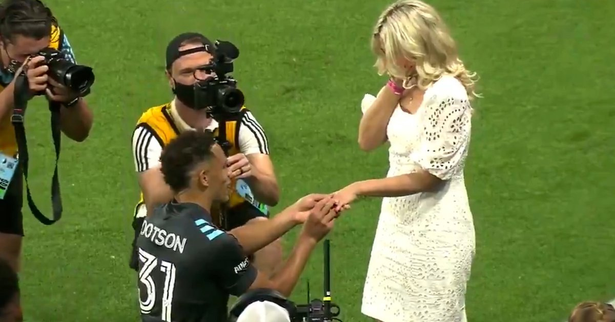 A footballer surprised his partner by proposing to her after a match: the excitement of the bride and the ovation of the public