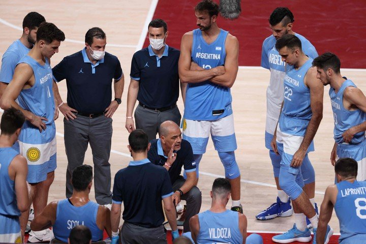 Sergio Hernández gives directions. Argentina needs to beat Japan by a bulky difference and wait for other results to qualify.