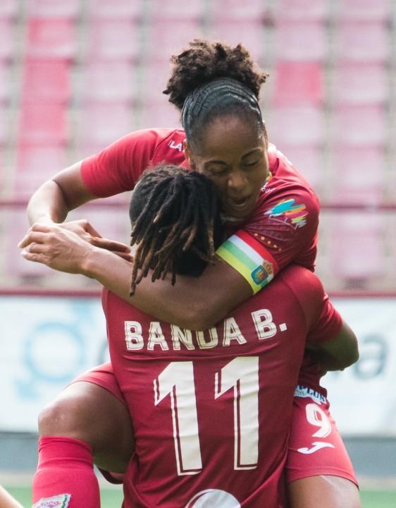 Jade Boho and Barbra Banda celebrate a goal with EDF Logroño.
