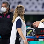 'Chucky' Lozano leaves the match against Trinidad and Tobago on a stretcher and with a collar after colliding with the goalkeeper