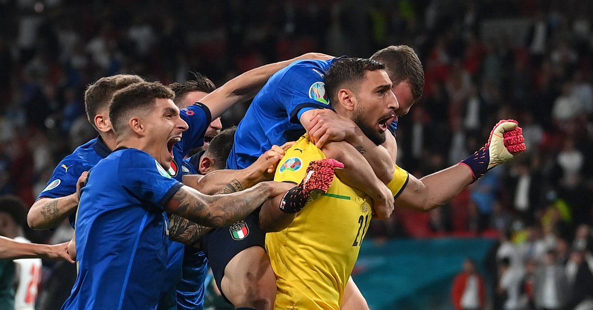 """Gianluigi Donnarumma, the hero of Italy and the Eurocup MVP who today has no club: the peculiarity of his """"spiked"""" gloves"""