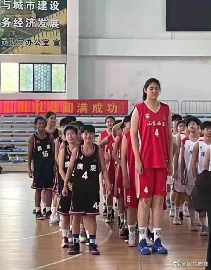 Zhang Ziyu, the Chinese basketball player who measures more than two meters