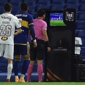 Nacho Fernández rushed the referee on the VAR monitor!