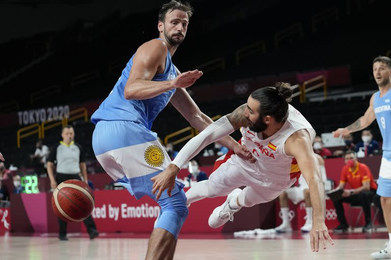 Ricky Rubio disputes the ball with Marcos Delia