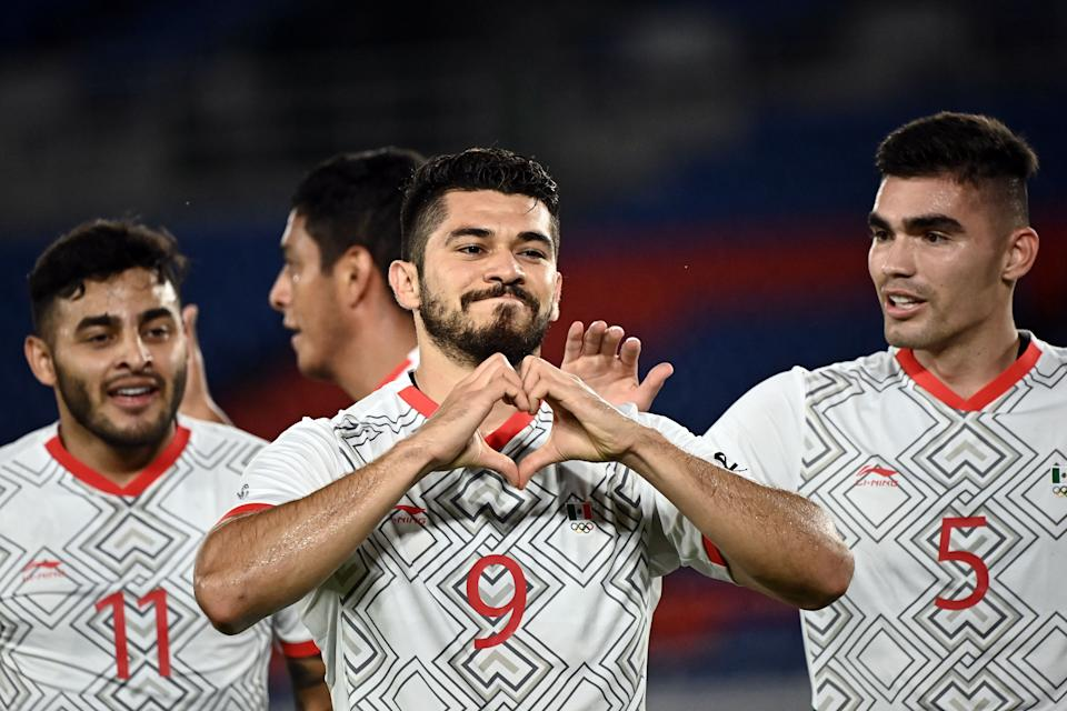 Mexico & # 39; s forward Henry Martin (C) celebrates after scoring a goal during the Tokyo 2020 Olympic Games men & # 39; s quarter-final football match between Republic of Korea and Mexico at Yokohama International Stadium in Yokohama on July 31, 2021. (Photo by Lionel BONAVENTURE / AFP) (Photo by LIONEL BONAVENTURE / AFP via Getty Images)