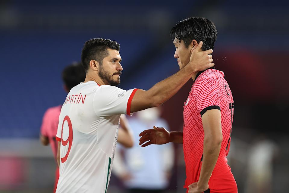 YOKOHAMA, JAPAN - JULY 31: Dujae Won # 15 of Team South Korea is consoled by Henry Martin # 9 of Team Mexico following the Men & # 39; s Quarter Final match between Republic Of Korea and Mexico on day eight of the Tokyo 2020 Olympic Games at International Stadium Yokohama on July 31, 2021 in Yokohama, Kanagawa, Japan. (Photo by Francois Nel / Getty Images)