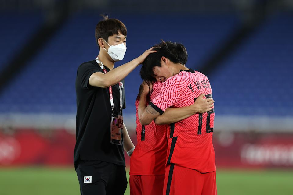 YOKOHAMA, JAPAN - JULY 31: Youngwoo Seol # 12 of Team South Korea looks dejected as he is consoled by teammates following defeat in the Men & # 39; s Quarter Final match between Republic Of Korea and Mexico on day eight of the Tokyo 2020 Olympic Games at International Stadium Yokohama on July 31, 2021 in Yokohama, Kanagawa, Japan. (Photo by Francois Nel / Getty Images)