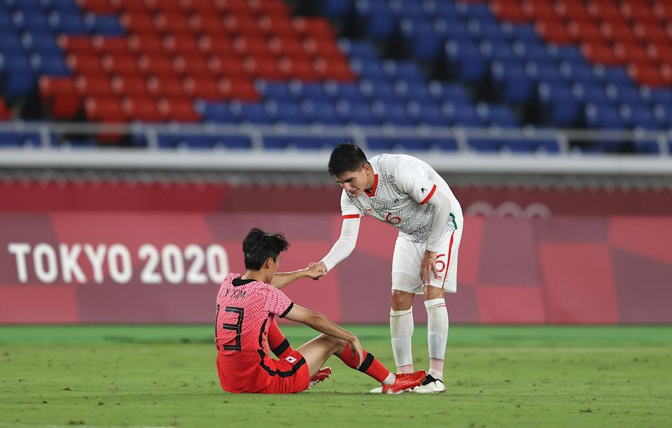 YOKOHAMA, JAPAN - JULY 31: Jinya Kim # 13 of Team South Korea is consoled by Vladimir Lorona # 6 of Team Mexico following defeat in the Men & # 39; s Quarter Final match between Republic Of Korea and Mexico on day eight of the Tokyo 2020 Olympic Games at International Stadium Yokohama on July 31, 2021 in Yokohama, Kanagawa, Japan. (Photo by Francois Nel / Getty Images)