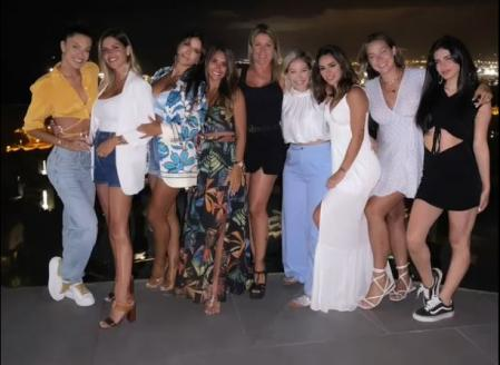 Antonela and Bruna with other friends, in Ibiza