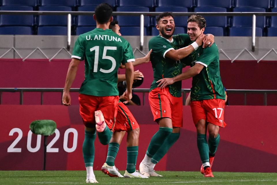 Mexico & # 39; s players celebrate their third goal during the Tokyo 2020 Olympic Games men & # 39; s bronze medal football match between Mexico and Japan at Saitama Stadium in Saitama on August 6, 2021. (Photo by Jonathan NACKSTRAND / AFP) (Photo by JONATHAN NACKSTRAND / AFP via Getty Images)