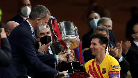 Messi receiving the Copa del Rey won in La Cartuja against Athletic Club from the hands of King Felipe VI on April 17