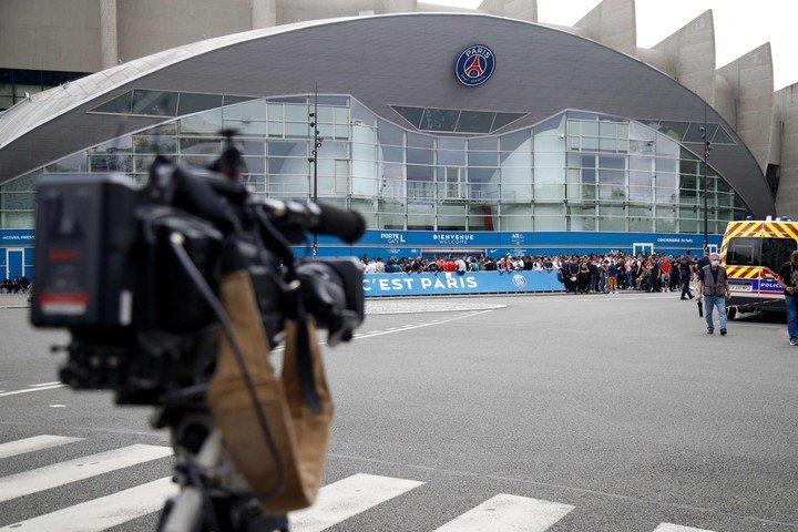 Fans flocked to the Parc des Princes to wait for Messi. Photo: Zakaria ABDELKAFI / AFP)