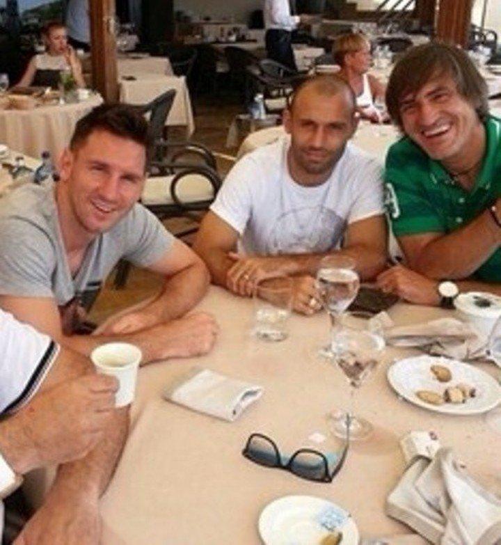Coffee talk. Lionel Messi and Pepe Costa with Javier Mascherano.