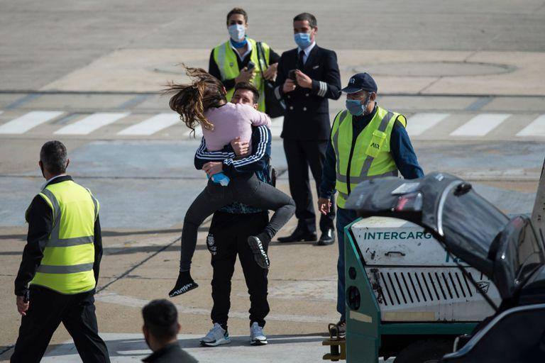 Arrival of Messi and his companions Lo celso and Di Maria at Rosario Airport, Messi was received by his family and embraced his partner Antonella Roccuzzo.