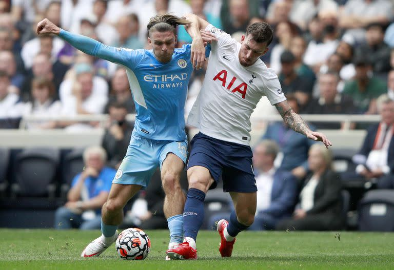 Jack Grealish, the most expensive transfer in the history of the Premier League; worth 140 million dollars, but on the court, he still has to fight one-on-one with Pierre-Emile Hojbjerg of Tottenham