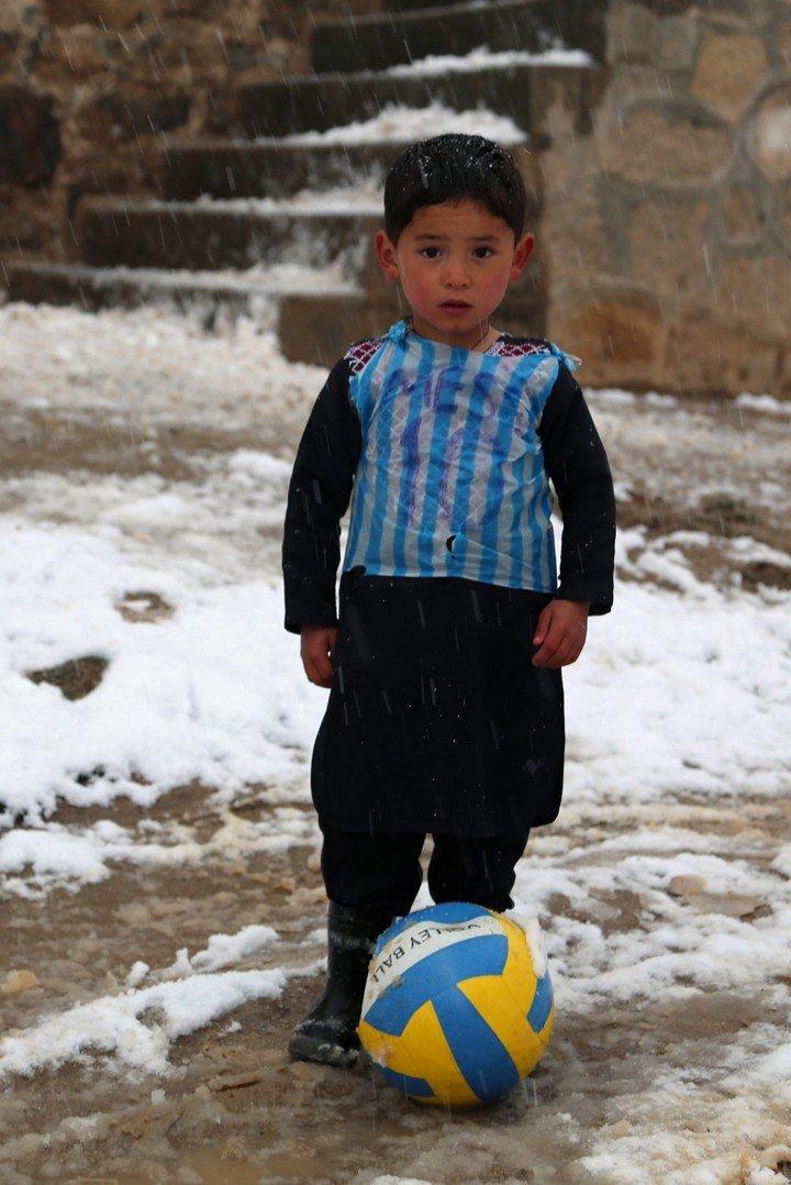 Ahmadi avec 5 ans et son t-shirt-sac.  AFP.