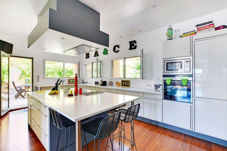 The American-style kitchen, with island and shiny appliances is one of the comforts present in the mansions that were offered to Messi