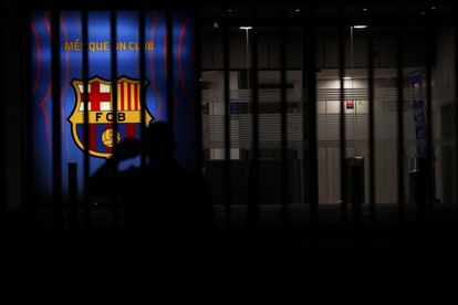 A fan at the doors of the FC Barcelona offices after knowing that Messi will not continue at the club.