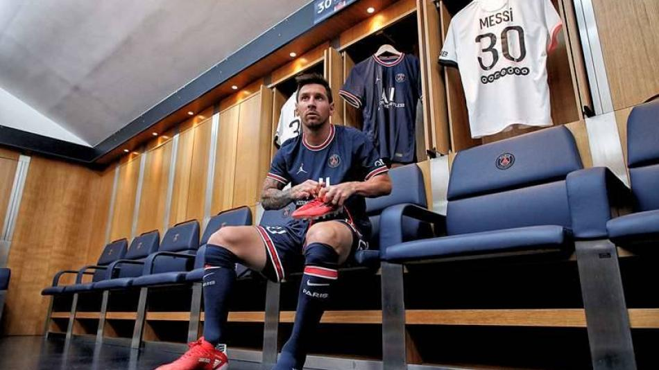 After investing 1400 million euros Messi arrives at PSG free