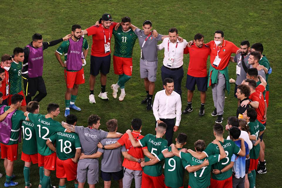 KASHIMA, JAPAN - AUGUST 03: Jaime Lozano, Head Coach of Team Mexico gives his players instructions before the penalty shoot out during the Men & # 39; s Football Semi-final match between Mexico and Brazil on day eleven of the Tokyo 2020 Olympic Games at Kashima Stadium on August 03, 2021 in Kashima, Ibaraki, Japan. (Photo by Koki Nagahama / Getty Images)