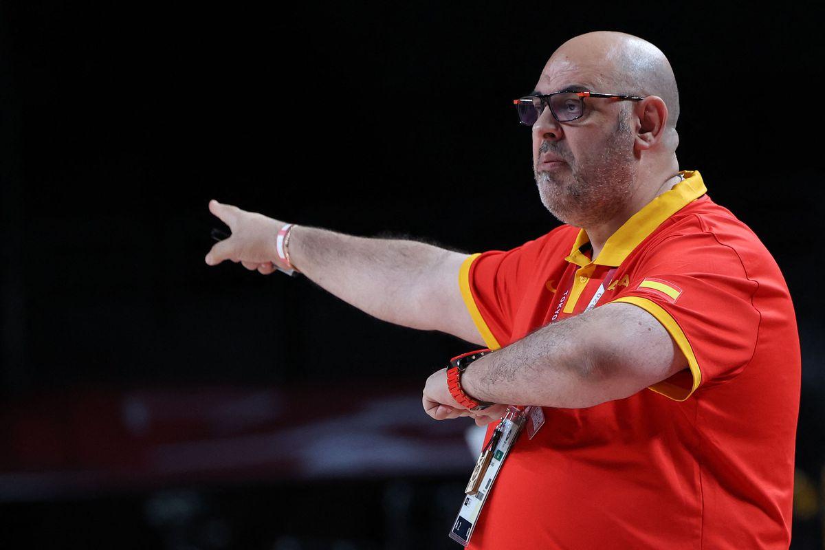 Lucas Mondelo, dismissed as coach of the women's basketball team