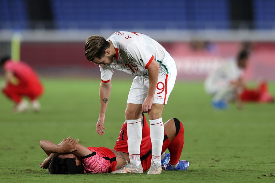 YOKOHAMA, JAPAN - JULY 31: Youngwoo Seol # 12 of Team South Korea looks dejected as he is consoled by Ricardo Angulo # 19 of Team Mexico following the Men & # 39; s Quarter Final match between Republic Of Korea and Mexico on day eight of the Tokyo 2020 Olympic Games at International Stadium Yokohama on July 31, 2021 in Yokohama, Kanagawa, Japan. (Photo by Francois Nel / Getty Images)