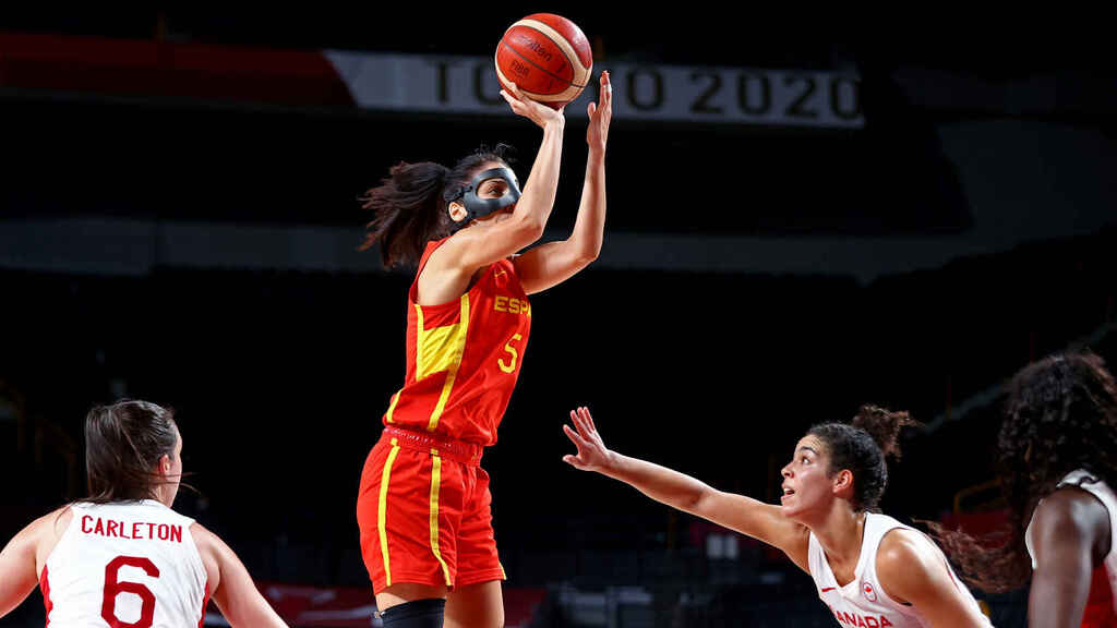 Cristina Ouviña shoots to basket against Canada in the Tokyo 2020 Olympics