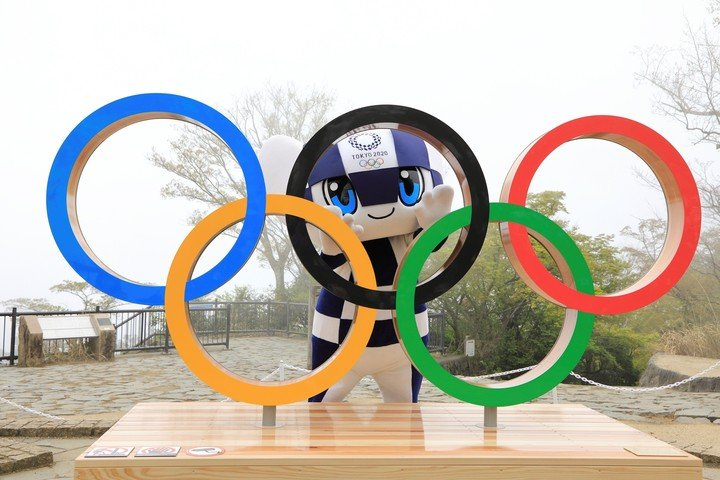 The Tokyo Olympics mascot next to the Olympic rings. EFE / Tokyo 2020 (TMG)